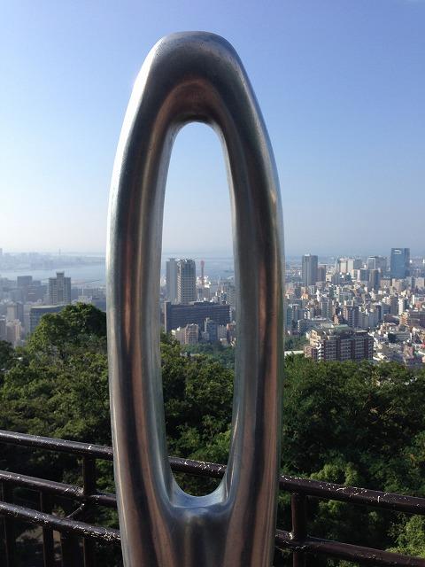 遠くに見える赤い棒は神戸ポートタワー