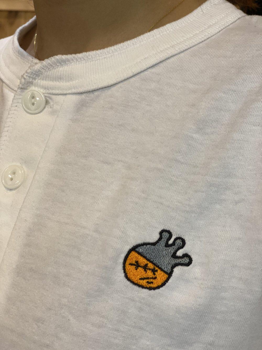 ヘンリーネックTシャツの襟ボタンの拡大